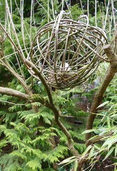 Weidenkugel mit Nest in Astgabel