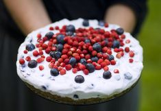 A swedish midsummer twist on this summer berry cake, delicious. Jai Faim, Scandinavian Food, Berry Cake, Summer Cakes, Big Cakes, Summer Berries, Swedish Recipes, Almond Cakes, Cake Toppings