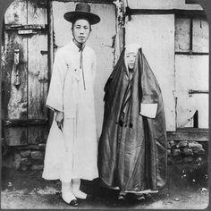 A young Korean man and his wife in street dress, Seoul, Korea, 1904 Korean Photo, Korean Art, Old Pictures, Old Photos, Antique Photos, Vintage Photos, Rockabilly, Korean People, Asian History