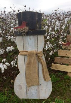 """Pallet Snowman   $50.00""""},""""humanLanguage"""":""""en  Snowman made from reclaimed pallet wood. He has a red bird nesting on his hat brim. He wears ..."""