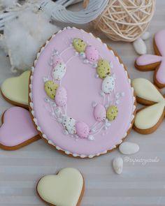 Еще немного предпраздничной красоты💕#расписныепряники #tnpastrystudio Flower Cookies, Easter Cookies, Easter Treats, Royal Icing Cookies, Cupcake Cookies, Sugar Cookies, Spice Cookies, Cut Out Cookies, Cookie Decorating Icing