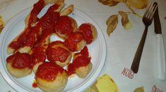 Gnocchi e stick di pizza fritti con pomodoro