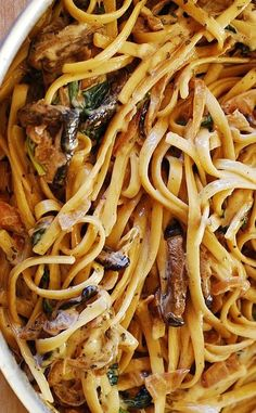 Pâtes crémeuses aux champignons avec oignons caramélisés et épinards (en anglais)