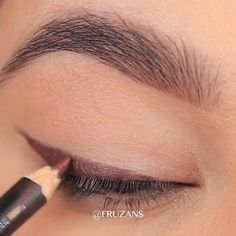 A nice makeup trick to have your daily makeup always on point credits on fruzans_beauty so easy and beautiful Day Eye Makeup, Eye Makeup Steps, Makeup Eye Looks, Daily Makeup, Natural Eye Makeup, No Eyeliner Makeup, Everyday Makeup, Winged Eyeliner, Eyeliner Hacks