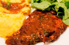 Az olaszos ételeknek nem lehet ellenállni, remek fűszerezés, fincsi illatok és íncsiklandó falatok könnyen és gyorsan! :) Hozzávalók: 5 szelet karaj, vagy más csontozott disznóhús 15 dkg gomba (konzerv) 1 doboz paradicsomkonzerv (40-45 dkg) 5 gerezd fokhagyma fél teáskanál oregánó 1 evőkanál friss petrezselyemzöld só, bors olaj Elkészítése: A húsokat megsózzuk, majd mindkét oldalukat pirítjuk …