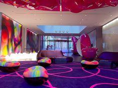 Destaque de uma nova geração de hotéis que primam pela excentricidade em suas estratégias para seduzir e conquistar hóspedes. Merecidamente um cinco estrelas, o Nhow Berlin é um estado de elevação.
