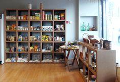 Estanteria carton personalizada a medida tienda ecologica productos ecologicos comercio establecimiento diseñado por Cartonlab. Cardboard shelf customized bespoke ecologic product store grocery designed by Cartonlab.