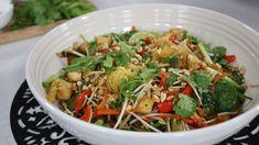 This vegan fall spaghetti squash pad thai is made with tofu, garlic, carrots, green onion and bean sprouts. Veggie Recipes, Asian Recipes, Vegetarian Recipes, Cooking Recipes, Healthy Recipes, Ethnic Recipes, Easy Recipes, Vegan Pad Thai Sauce, Vegan Spaghetti Squash
