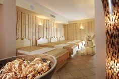 Zirbenholz Ruheraum mit wohlig warmen Wasserbetten im Wellnesshotel Bergland in Hintertux. #massage #beauty #entspannung #auszeit #behandlung #wellness #spa #zillertal #wellnesshotel_bergland #alpine_spa #zirbe #zirbenholz #ruheraum #wasserbetten #schlafen #gesundheit