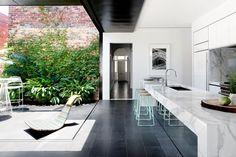 Keuken en terras is werkelijk één.  Schuifraam past helemaal in de muur, creëert grote open ruimte