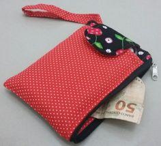 Bolsa de mão produzida com tecido tricoline com espaço para guardar celular na parte da frente. E na lateral possui zíper para guardar dinheiro, moedas, cartões, chaves, etc.