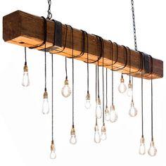Biga de madera sujetada con cadenas de hierro negro y bombillas de filamento suspendidas. Fabricante: www.dajor.es