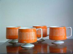 Short orange pedestal vintage mugs with square motif Orange Mugs, Painted Mugs, Retro Home, Mid Century House, Mid Century Design, Vintage Kitchen, Tea Set, Coffee Shop, Mid-century Modern