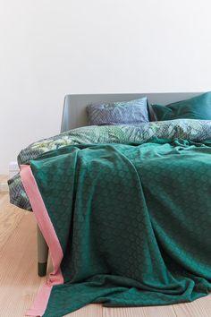 De prachtige tweekleurige gebreide sprei Adonis heeft een grafisch motief in de kleuren licht en donkergroen. Grafische vormen zijn on-trend en hebben een speels effect. De sprei is afgewerkt met een roze rand. De sprei is gemaakt van 100% katoen van hoge kwaliteit en heeft een formaat van 180 x 260 cm.