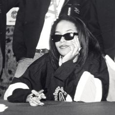 2000s Fashion, Hip Hop Fashion, Estilo Hip Hop, Tommy Hilfiger Brand, Aaliyah Style, Aaliyah Haughton, Black Girl Aesthetic, Oldschool, 90s Hip Hop