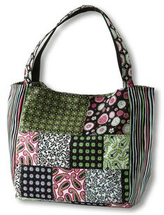 Paisley & Print Patchwork BagFor a stylish, roomy bag choose small- and medium-scale prints for the front and back and a playful stripe for the sides. Two pockets inside give you easy access to your keys and cell phone. Tote Pattern, Purse Patterns, Sewing Patterns Free, Quilt Pattern, Free Sewing, Wallet Pattern, Pattern Sewing, Quilted Tote Bags, Patchwork Bags
