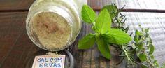 A baixa concentração de sódio e o uso de ervas aromáticas e medicinais tornam o sal de ervas muitosaudável, podendo ser usado por todos, inclusive por quem sofre de pressão alta. Claro, que