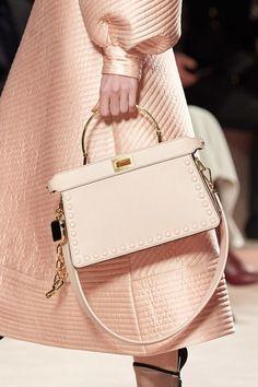 Fendi Fall 2020 Ready-to-Wear Fashion Show - Vogue Vogue Paris, Karl Lagerfeld, Edgy Shoes, T Bag, Stylish Handbags, Fendi Bags, Models, Mannequins, Purses And Bags