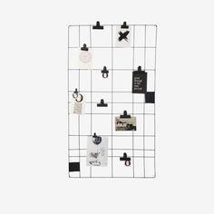 Een van de klassiekers uit de vtwonen collectie. Dit handige zwarte draadstalen memobord is de perfecte organiser voor je keuken of bureau. Ook fraai als kaartenrek. Het leuke van dit rek is dat je het zelf compleet kan maken. In onze shops hebben we diverse haken en klemmen te koop.