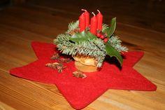 Mini-Adventsgesteck im Eimer: Ein breites Geschenkband kleidet den Eimer ein. Steckmoos, Tannengrün und vier kleine Pyramidenkerzen, fertig!