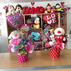 Diferentes opciones para regalar este 14 de Febrero ✨ #JoliandGift - joliandgift Valentines Day Baskets, Valentine Day Crafts, Valentine Decorations, Food Bouquet, Candy Bouquet, Valentine Bouquet, Birthday Basket, Baby Shower Gift Basket, Balloon Flowers