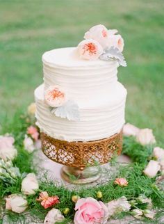 Simple wedding cake decorated with flowers: http://www.stylemepretty.com/tennessee-weddings/2014/10/21/enchanted-southern-summer-wedding-inspiration/ | Photography: Ashley Upchurch - http://ashleyupchurchphotography.com/
