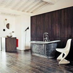 Une salle de bains avec baignoire en zinc dans un décor 60's