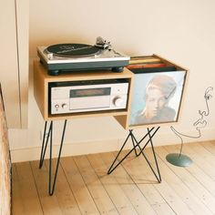 43 meubles pour ranger des vinyles Furniture for storing 100 vinyl records and a platinum. Stereo Cabinet, Record Cabinet, Trendy Furniture, Home Furniture, Furniture Design, Furniture Storage, Furniture Ideas, Vinyl Dekor, Vinyl Room