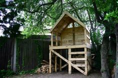 There were some 12ft pallets being chucked out at university so I took them back to the garden. Decided to make a raised hut under the trees. The biggest project yet, and all for free. Here