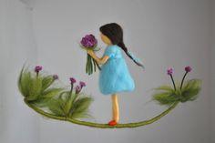 Kamer decor wol mobiele naald vilten: meisje met paarse bloemen door MagicWool op Etsy https://www.etsy.com/nl/listing/280501776/kamer-decor-wol-mobiele-naald-vilten