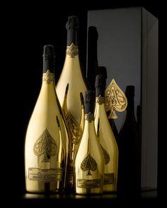 Armand de Brignac Brut Gold. Mezcla perfectamente balanceada de Chardonnay, Pinot Noir burbujasy Pinot Meunier (las tres variedades de uva admitidas en un champagne genuino), posee un bouquet complejo y con cuerpo, fresco y vivo  con ligeras notas florales.  En el paladar, un suntuoso y chispeante carácter frutal se encuentra perfectamente integrado con los sutiles acentos brioche del vino. Su textura, deliciosamente cremosa, cuenta con una gran profundidad, y con un largo y sedoso final.