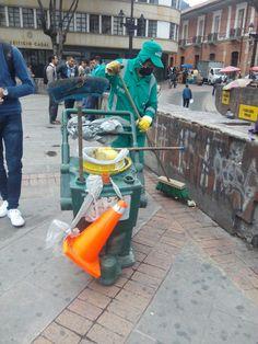 Jornada de aseo en la Plazoleta del Rosario, liderada por la Alcaldía Local de la Candelaria. En el día del reciclaje invitando a los ciudadanos para que no arrojen colillas de cigarrillos al suelo, así tomamos #AccionesQueSalvanElPlaneta #DiaDelReciclaje Nerf, Vacuums, Home Appliances, Rosario, Flooring, Domestic Appliances, Vacuum Cleaners, Kitchen Appliances