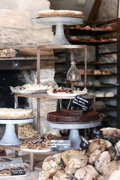 17 Coffee Shop and Bakery Design Ideas You Must Try - Diruang Tengah Cafe Display, Bakery Display, Bread Display, Deco Cafe, Mein Café, Café Restaurant, Cafe Bistro, Bakery Cafe, Rustic Bakery