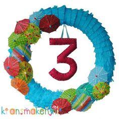 Verjaardagskrans met parasolletjes Ø40 cm Hieperdepiep weer een jaartje erbij! Deze super vrolijke krans tovert een glimlach op je gezicht. Lichtblauw krullint van crêpepapier vormt de basis van deze krans. De 15 vrolijke parasolletjes maken er een feestelijke boel van!