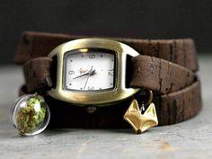 Waldfuchs Wickeluhr Eichenkork Eine neue und ganz besondere Armbanduhr...ein kleiner Fuchs im Eichenwald, denn das Armband ist aus Korkeiche! Es ist ganz weich, gleichzeitig super strapazierfähig und sogar wasserfest. Die wunderschöne Maserung ist natürlich - wie immer bei Naturmaterialien - bei jedem Armband anders. Die bronzefarbene Uhr kommt inklusive Quarzbatterie, die wechselbar ist. Den kleinen Fuchs haben wir passend zur Farbe der Uhr emailliert.
