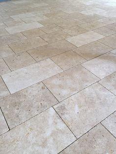 Dallage en pierre naturelle de Bourgogne Lanvignes jaune, dalle format en bande de largeur 40 cm, finition vieillie bouchardée brossée bords épaufrés légers - sol intérieur vieilli vieux ancien monastère abbaye cathédrale