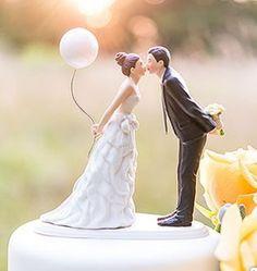 Eine romantische Tortenfiguren für Ihre Hochzeitstorte! Sie sind romantisch und verspielt? Dann passt genau diese süße Tortenfigur mit der Braut, die einen Ballon hält und sich zum Kuss zu Ihrem...