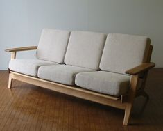 This is your passion about art and home decor Pallet Sofa, Wood Sofa, Sofa Design, Furniture Design, Living Room Sofa, Living Room Furniture, Monochrome Interior, Unique Sofas, Diy Couch