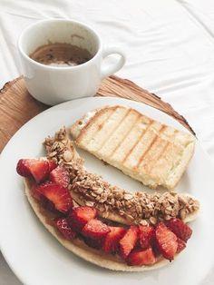 Salmon gravlax with beet - Clean Eating Snacks Best Breakfast, Healthy Breakfast Recipes, Easy Healthy Recipes, Healthy Drinks, Gourmet Recipes, Healthy Snacks, Breakfast Ideas, Healthiest Breakfast, Healthy Breakfasts