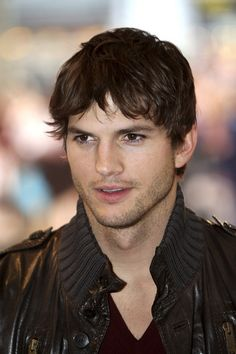 Ashton Kutcher Photos - (UK TABLOID NEWSPAPERS OUT) Actor Ashton Kutcher arrives at the world premiere of 'What Happens In Vegas' at Odeon Leicester Square on April 22, 2008 in London, England. - World Premiere: 'What Happens In Vegas' - Arrivals
