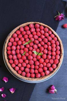 TARTĂ DE CIOCOLATĂ CU ZMEURĂ | Rețetă + Video - Valerie's Food Romanian Food, Strawberry, Food And Drink, Health Fitness, Cookies, Desserts, Recipes, Cupcakes, Pies