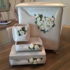 #ShareIG #hediyelik #banyoseti #kirlisepeti #çamaşırsepeti #makyajkutusu #havluluk #taraklık #kadifekaplama #kutu #kadifekaplamakutu #sandık #çeyiz #düğün #takıkutusu #söz #nişan #gelin #kadifekutu Trousseau Packing, Ring Pillow Wedding, Wedding Gifts For Guests, Fabric Boxes, Cute Box, Boho Bags, Diy Box, Ribbon Embroidery, Home Textile