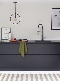 Home Decoration Ideas Images Key: 4704832956 Minimal Kitchen, New Kitchen, Kitchen Dining, Black Kitchens, Home Kitchens, Grey Kitchen Designs, Kitchen Cabinetry, Kitchen Styling, Natural Living