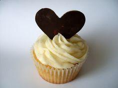 Cupcake z Prahy: Vanilkové cupcakes s vanilkovým krémem a dvoubarevnými čokoládovými srdíčky