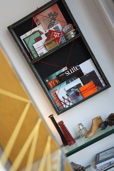 Piccola bacheca libreria progettata per decorare le pareti e contemporaneamente contenere libri e piccoli oggetti. Arreda l'ingresso della sede dello studio di progettazione. www.marcellogennari.it