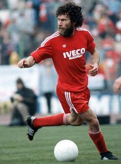 Paul Breitner, Campeon del Mundo 1974, defensor legendario del Bayern Munich (1970-1974; 1978-1983) tambien defendio al Real Madrid.