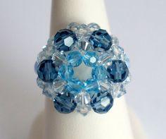 Bague bleue et transparente réalisée en perles de cristal de Swarovski : Bague par lesbijouxdunibou