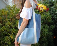 Earth Day DIY: Tote Bag from Upcycled Jeans - Stitching Sewcial Artisanats Denim, Denim Purse, Jean Purses, Purses And Bags, Gold Jeans, Bag Patterns To Sew, Tote Pattern, Sewing Patterns, Denim Crafts