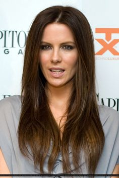 Check out pictures of actress Kate Beckinsale hair and hairstyles. Kate Beckinsale has long, dark hair. Brunette Highlights, Hair Color Highlights, Brunette Hair, Hair Colour, Subtle Highlights, Kate Beckinsale Hair, Kate Beckinsale Pictures, Corte Y Color, Total Recall