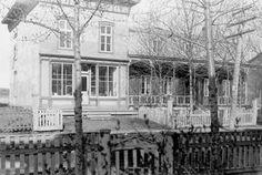 Roberval---A droite : résidence du Dr. Jules Constantin , à gauche: sa pharmacie. Sur le boul. St-Joseph